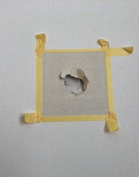 壁穴部分補修行っております。