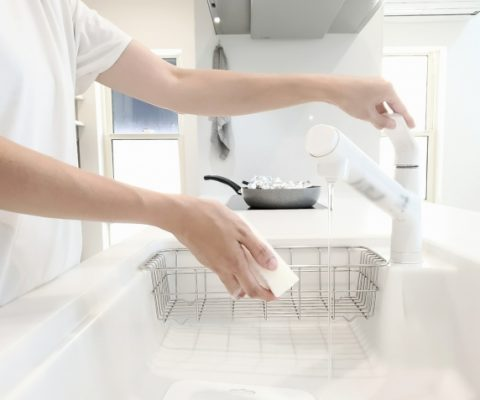キッチンシンクの水漏れはなぜおこる?原因と対処法