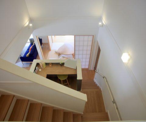 階段下のスペースを有効利用!収納や書斎に変身させよう