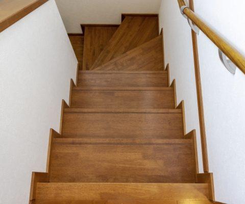 転落を防ぐ!階段に手すりを設置しよう