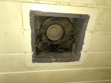 トイレの換気扇です。長年の汚れが、、、